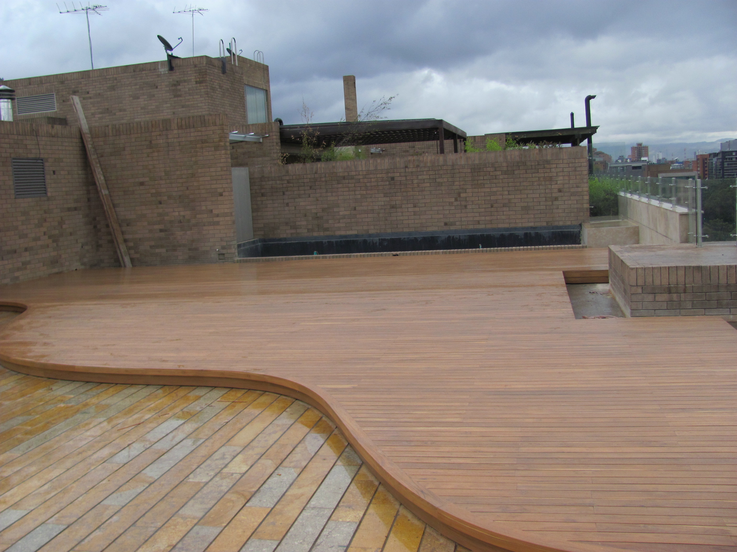 Madera natural pisos teka for Deck para exteriores
