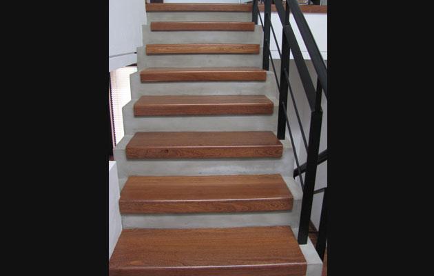 Escaleras de madera pisos teka for Pisos para gradas