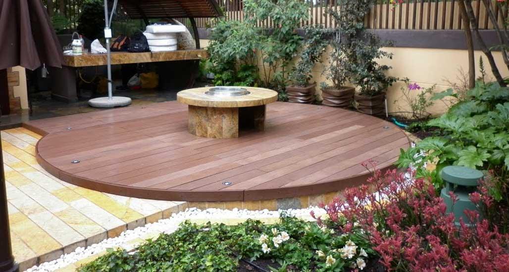Deck pisos exteriores para piscina terraza y jacuzzi for Jardines con madera